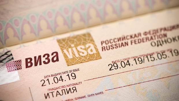 Иностранцам начнут выдавать российские визы на полгода