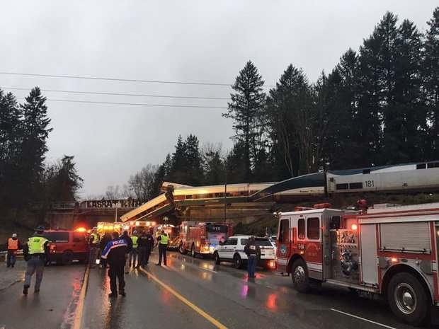 В США пассажирский поезд компании Amtrak утром 18 декабря сошел с рельсов и упал с железнодорожного моста на автомобильное шоссе