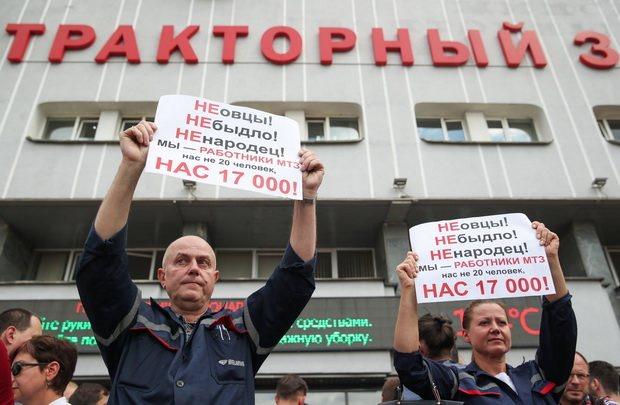 Как сообщалось, в минувшую пятницу по крупнейшим белорусским предприятиям прокатилась волна протестных митингов, в том числе на МАЗе, МТЗ, БелАЗе, Беларуськалии, Нафтане, Мозырском НПЗ.