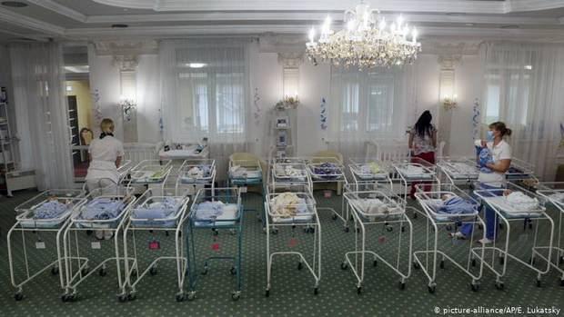 Правительство предложило ввести контроль за родителями детей от суррогатных матерей