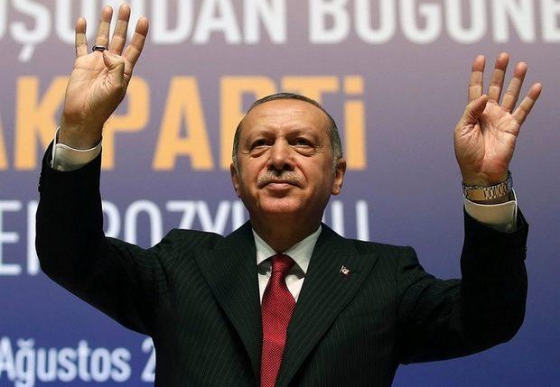 На фоне углубляющегося финансового кризиса, вызванного обвалом турецкой лиры, президент Реджеп Тайип Эрдоган решил неожиданным образом бороться с ростом цен и бегством капитала. 12 сентября он подписал указ, который предоставляет ему фактически неограниченный контроль над экономикой.