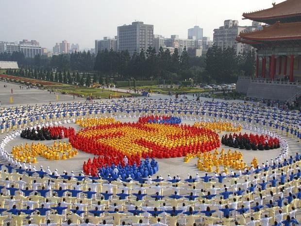 """Он напомнил, что организация """"Фалуньгун"""" была основана в Китае отставным военным Ли Хунчжи в 1992 году."""