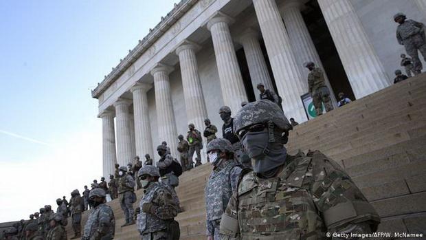 """Решение принято почти через неделю после того, как Нацгвардия оказалась задействована в мегаполисе. При этом Трамп добавил, что военнослужащие могут быть вновь оперативно переброшены в столицу, """"если понадобится""""."""