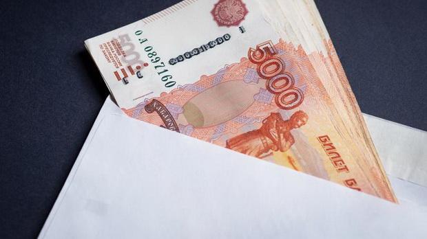 Объем серых зарплат в России в 2018 году составил 13 трлн рублей, что соизмеримо с расходной частью федерального бюджета на тот период (16,8 трлн). В процентном соотношении скрытые доходы в прошлом году были на уровне 12,6% ВВП, оценили в Росстате.