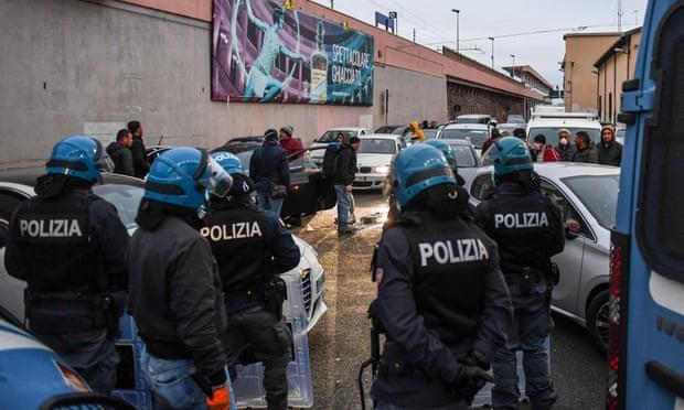 Премьер-министр Италии Джузеппе Конте выделил муниципалитетам 4,3 миллиарда евро из фонда солидарности и дополнительные 400 миллионов на продуктовые талоны