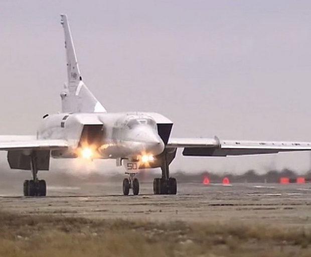 Минобороны опубликовало видео удара Ту-22М3 по позициям ИГ в Сирии
