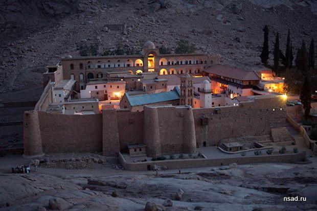 На синайском полуострове, прямо посреди мусульманского мира вот уже 14 веков стоит православный монастырь святой Екатерины.