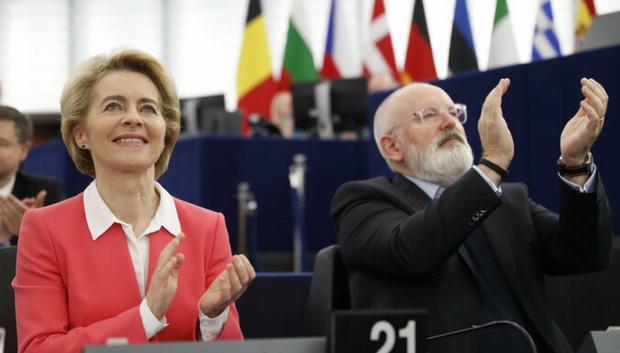 Таким образом, обновленный состав Еврокомиссии сможет 1 декабря — на месяц позже планировавшегося — приступить к работе. 61-летняя Урсула фон дер Ляйен стала первой женщиной во главе высшего органа исполнительной власти Евросоюза.