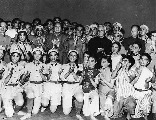 Мао (в центре) в 1960 году