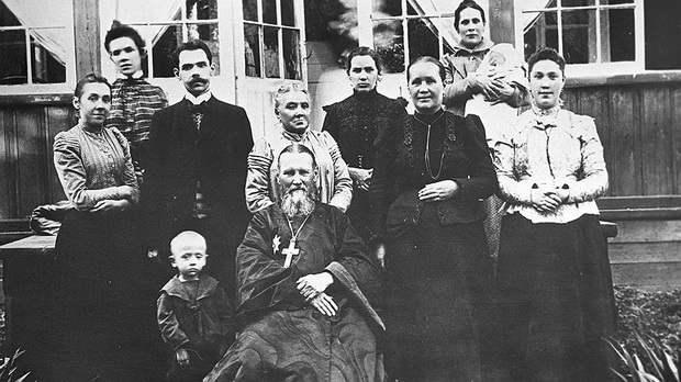 Формально будучи женатым священником, Иоанн Сергиев фактически жил как монах в миру