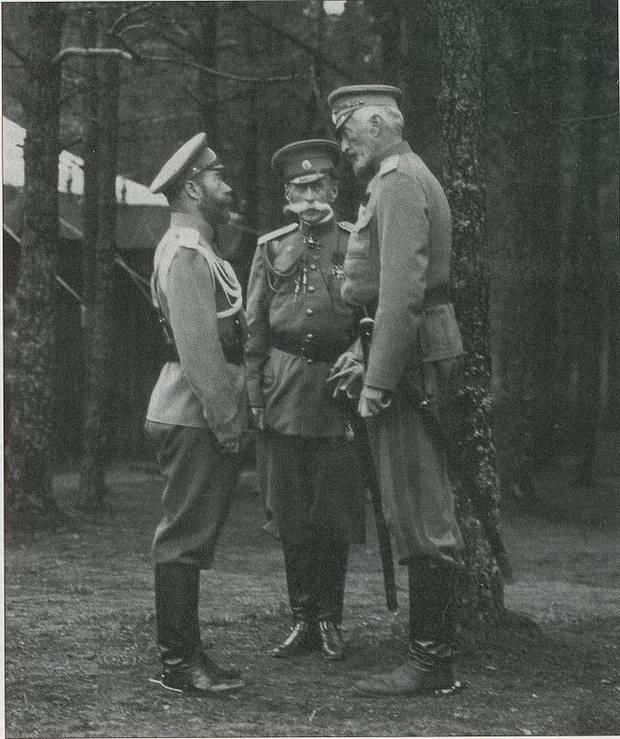 Император Николай Второй (слева), Великий князь Николай Николаевич (справа), между ними - министр императорского двора граф В. Б. Фредерикс в Ставке. Сентябрь 1914 года.