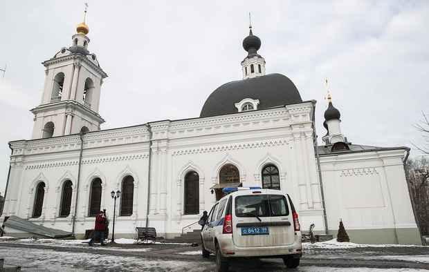 В храме в центре Москвы мужчина ранил ножом двух человек