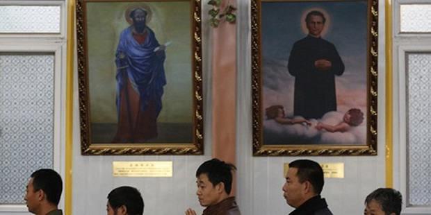 В Китае власти вынуждают христиан вывешивать портреты вождей вместо икон в домах и храмах
