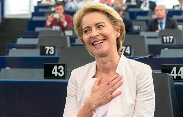 """""""Благодарю вас за оказанное мне доверие. Доверяя мне, вы показываете уверенность в единой Европе. Давайте же будем работать вместе конструктивно"""", - обратилась фон дер Ляйен к евродепутатам."""