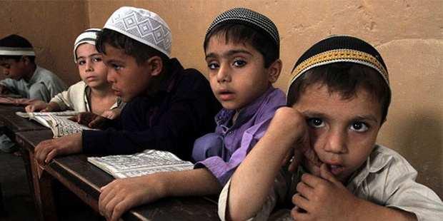 Мальчиков и девочек обучают отдельно в нарушение законов страны