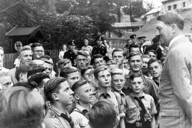 Германские гитлерюгенды и их вождь. Они еще не знают, какую цену им придется заплатить за его невежество и мракобесие