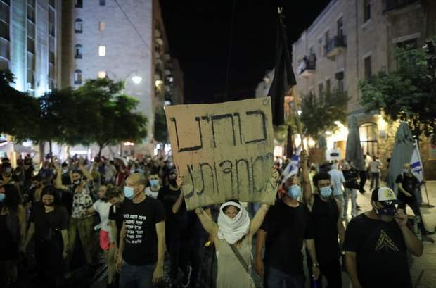 Несколько тысяч протестующих вечером во вторник, 14 июля, собрались у резиденции премьер-министра Биньямина Нетаньяху в Иерусалиме