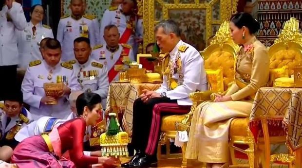 Как только новость о его поездке просочилась в соцсети, тайцы ополчились на своего короля.