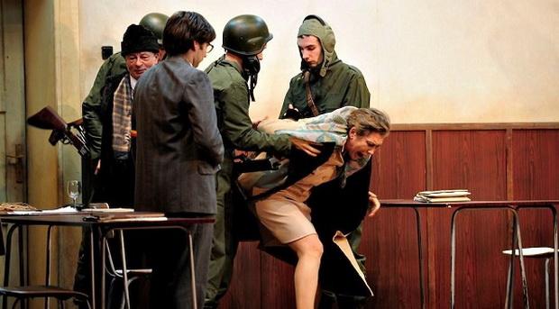 Солдаты в Тырговиште ведут Чаушеску с женой на расстрел.