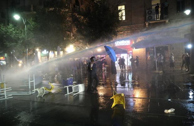 Полиция у резиденции премьера применила водометы для разгона митингующих.