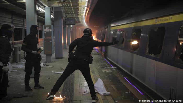 Демонстранты препятствуют движению поездов подземки.