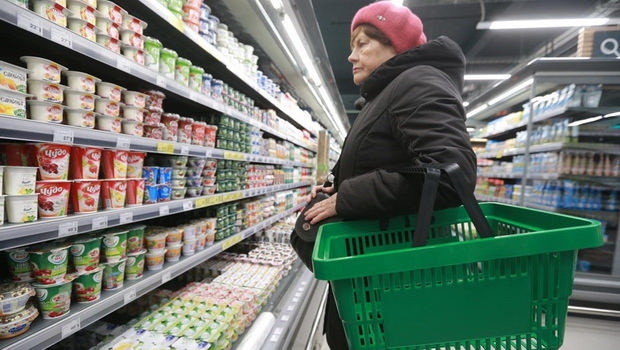 После них хуже всего себя чувствуют неработающие пенсионеры — 62,4% из них не могут позволить себе покупать что-то кроме одежды и еды. В 2019 году таких было 58,8%.