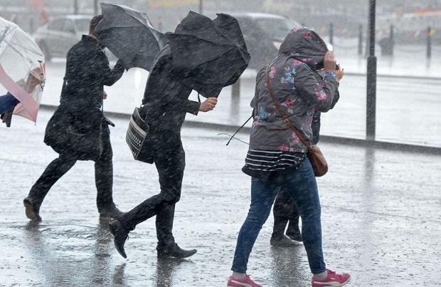 Максимальный порыв ветра пока составляет 150 км/ч и был зафиксирован в населенном пункте Абердарон в Уэльсе.