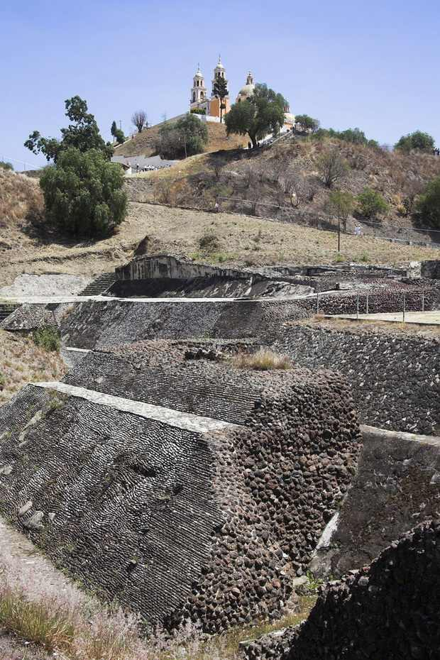 Великая пирамида Чолулы с церковью Богородицы Избавительницы на вершине