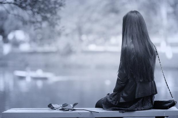 Она стоит передо мной – молодая, симпатичная женщина – и плачет