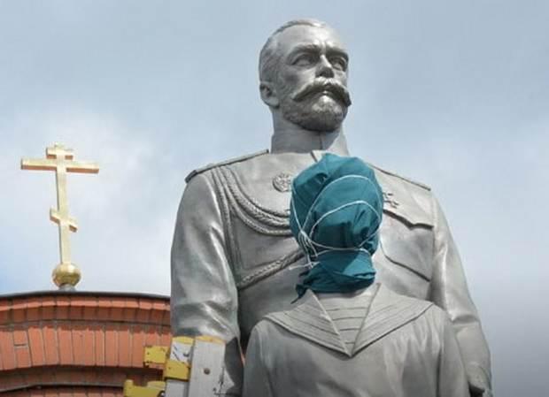 Новосибирск: вандал набросился с топором на памятник Николаю II