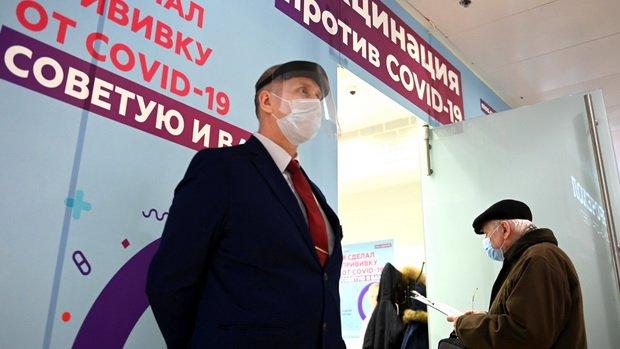 Москвичи старше 60 лет получат подарочные карты после прививки от COVID