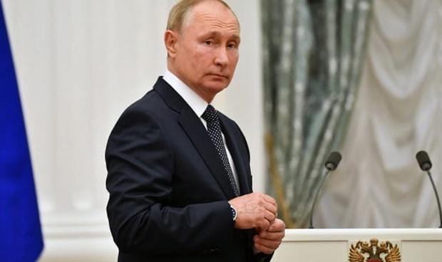 Путин сообщил, что в связи с выявленными случаями заболевания коронавирусом в его окружении он должен соблюдать режим самоизоляции