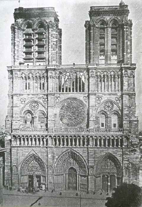Одинаковые башни – отличительная черта собора
