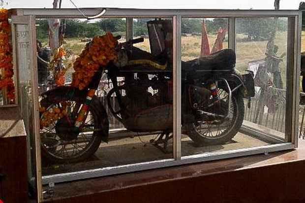 В индийском селе поклоняются мотоциклу как божеству