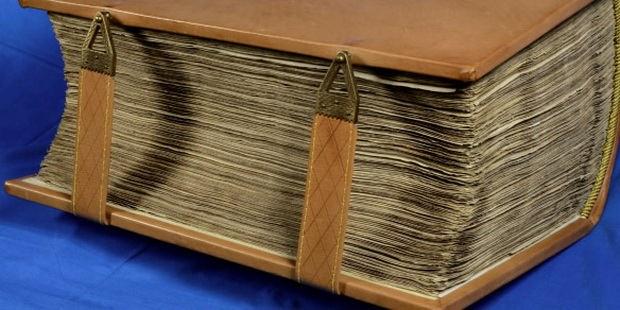 Многие из этих книг ветшают, теряют страницы, отсыревают в неприспособленных помещениях, пропадают в пожарах, наводнениях, революциях, войнах и переселениях – и потому нуждаются в срочном спасении и распространении.