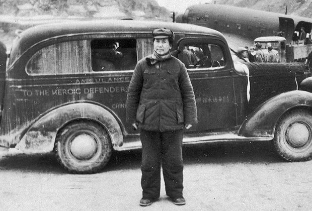 Мао на фоне своего автомобиля в 1946 году
