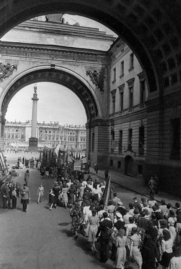 Колонна демонстрантов проходит под Триумфальной аркой