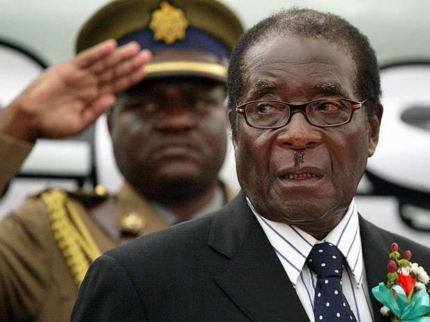 Президент Зимбабве Роберт Мугабе пожал руки генералам, которые пришли в его дворец и требуют его ухода.