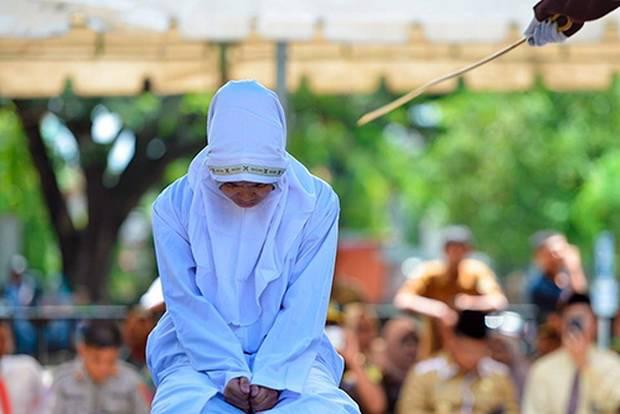 В Индонезии устроили публичную порку в наказание за внебрачные связи