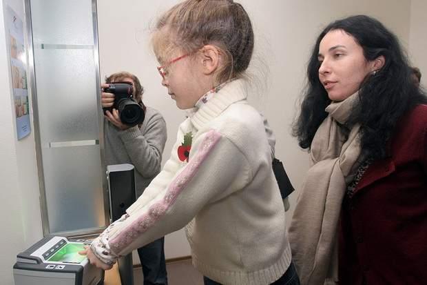 Возможность биометрической идентификации несовершеннолетних в России должна быть исключена, считает глава Роскомнадзора Александр Жаров.