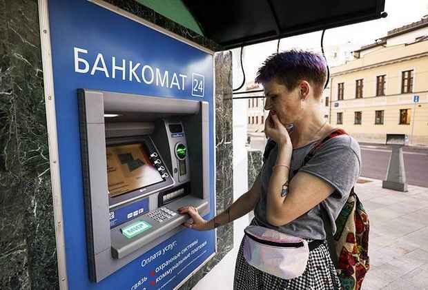 Россияне стали снимать наличные еще реже, чем в прошлогодний локдаун