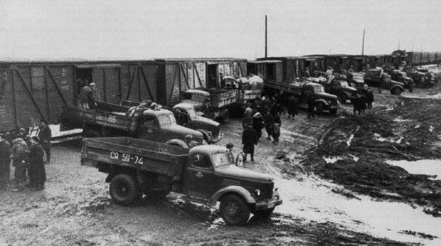 Ведомственные машины готовят людей к переселению - Архивное фото