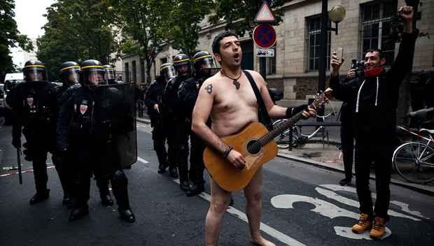 Уличные столкновения между демонстрантами и полицией вспыхнули в ходе массового шествия в Париже, организованного профсоюзами в знак протеста против готовящейся правительством масштабной реформы трудового кодекса.
