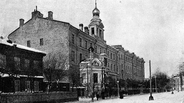 Дом трудолюбия быстро превратился в центр, куда приезжали все посещавшие Кронштадт официальные делегации