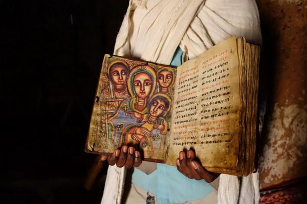 Страницы старинной Библии