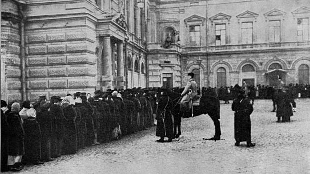 Очередь за хлебом в Петрограде. Осень 1916 года