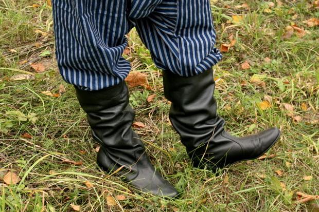 На ноги смотри: сапоги в гармошку, а также платочки на масленичных санях как признак расположения потенциальной невесты