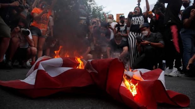 Протестующие сожгли флаг США после выступления Трампа в День независимости