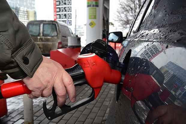Оптовые цены на бензин в России в середине ноября достигли рекордного уровня в 2017 году.