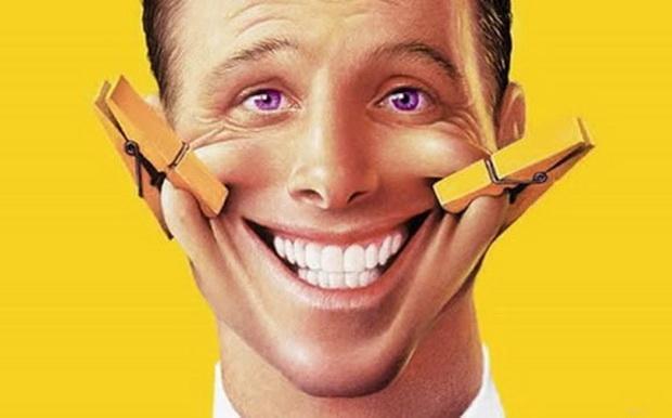 Лжецы неискренне улыбаются